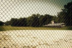 Um diamante de basebol coberto de vegetação Imagens de Stock