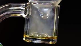 Um diamante do cannabis que derrete lentamente no quartzo claro video estoque