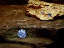 Um diamante em uma etapa da rocha fotos de stock