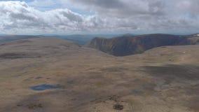 Um dianteiro aéreo revela a metragem de um platô escocês da cimeira com o penhasco enorme no fundo vídeos de arquivo