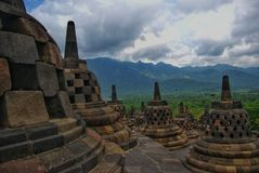 Um die Kreisplattformen sind 72 openwork stupas, jedes, das eine Statue des Buddhas enthält stockfotos