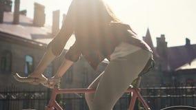 Um die Stadt auf Fahrrad stock video footage