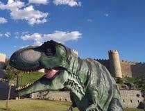 Um dinossauro que anda através das ruas da cidade imagem de stock