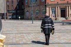 Um diretor cansado do tráfego anda sua área na cidade de Liverpool em um dia quente imagem de stock royalty free