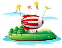 Um dirigível acima de uma ilha Fotografia de Stock Royalty Free