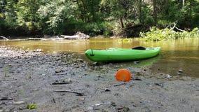 Um disco do golfe do caiaque e do disco em um rio Fotografia de Stock Royalty Free