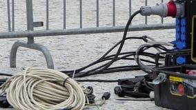Um dispositivo bonde com fios dentro obstruídos está fora perto de uma cerca filme