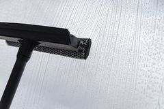 Um dispositivo especial para lavar janelas espuma líquido na superfície de vidro imagens de stock
