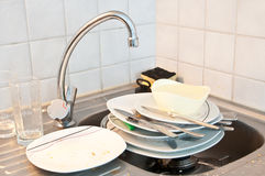 Um dissipador completamente dos pratos Foto de Stock Royalty Free