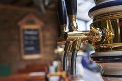 Um distribuidor da cerveja em um restaurante do bar Foto de Stock Royalty Free