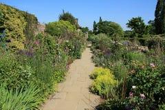 Um do jardim no castelo de Sissinghurst em Kent em Inglaterra no verão foto de stock royalty free