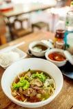 Um do macarronete tailandês dos pratos tailandeses locais imagens de stock