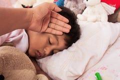 Um doente asiático pequeno do menino Imagem de Stock
