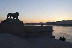 Um dos leões no cais de Dvortsovaya em St Petersburg fotos de stock royalty free