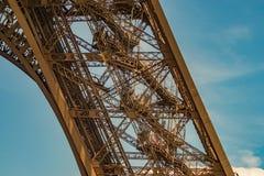 Um dos pés da estrutura do metal da torre Eiffel que mostram as escadas numerosas fotos de stock royalty free