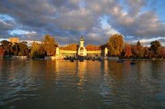 Um dos parques os mais famosos no Madri é EL Parque del Buen Retiro famoso para os barcos a remos imagem de stock