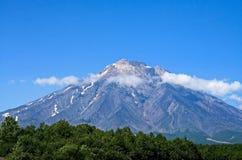 Um dos vulcões de Kamchatka Os vulcões de Kamchatka estão fascinando Seu mistério atrai muitos turistas fotografia de stock royalty free