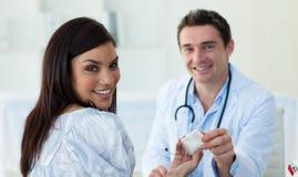 Um doutor e seu paciente durante uma visita Foto de Stock Royalty Free