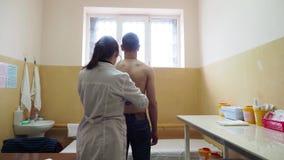Um doutor examina um paciente em um hospital da prisão em Rússia filme