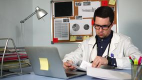 Um doutor experiente olha os testes pacientes do ` s, que pediram o tratamento video estoque