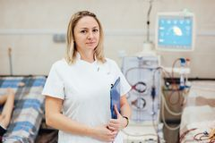 Um doutor fêmea grava os dados da doença fotografia de stock