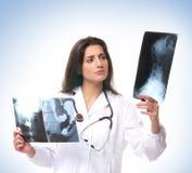Um doutor fêmea triguenho novo com um raio X imagem de stock