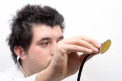 Um doutor novo com um estetoscópio imagem de stock royalty free