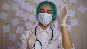 Um doutor novo em uma dança da máscara após o trabalho video estoque