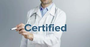 Um doutor novo encantador escreve e sublinha a importância da palavra certificada em um fundo neutro com um marcador azul filme