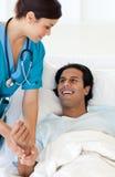 Um doutor que examina um paciente Imagens de Stock