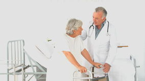 Um doutor que visita seu paciente vídeos de arquivo