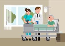 Um doutor visita um paciente que encontra-se na cama de hospital Homem superior que descansa em uma cama fotos de stock