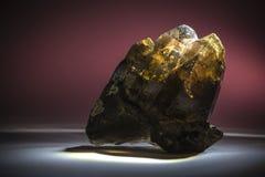 Um druso do quartzo fumarento com o epídoto, de cristal, de pedra fotos de stock royalty free