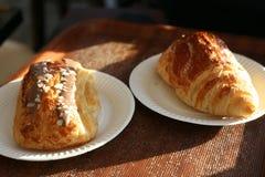 Um duo de croissant frescos imagens de stock