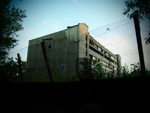 Um edifício abandonado velho imagem de stock