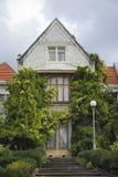 Um edifício velho com telhado triangular. Fotografia de Stock