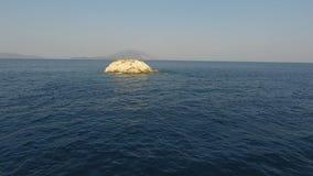 Um eine kleine Insel stock video