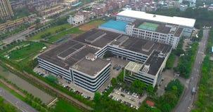 Um eine moderne Fabrik fliegen, Äußeres einer modernen Fabrik, industrielles Äußeres stock video footage