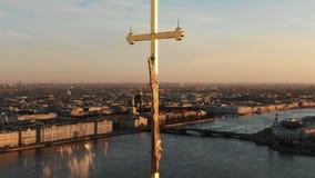 Um einen Engel auf Helm von Peter und von Paul Fortress bei Sonnenuntergang fliegen, Nahaufnahme Panorama der historischen Mitte  stock video