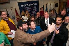 Um eleitor toma um selfie com Marco Rubio em Milford, New Hampshire Fotografia de Stock Royalty Free
