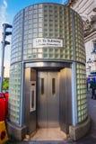 Um elevador à passagem subterrânea do túnel do metro na estação de Waterloo imagem de stock royalty free