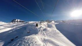 Um elevador de esqui que ascensão uma montanha nos cumes, video estoque