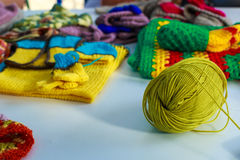 Um emaranhado de linhas de lã para fazer malha contra o fundo o fotografia de stock