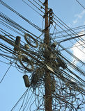 Um emaranhado dos cabos e dos fios em Kathmandu, Nepal fotografia de stock royalty free