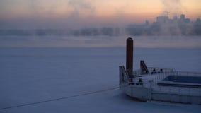 Um embaçamento frio sobre um rio congelado contra o contexto do céu vídeos de arquivo