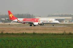 Um Embraer 190 que aterra na pista de decolagem Fotografia de Stock Royalty Free