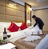 Um empregado de mesa do hotel fêz o quarto de convidado Foto de Stock Royalty Free