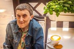 Um enfermo equipa senta-se em um café exterior imagens de stock