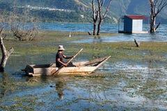 Um enfileiramento em um barco de madeira pequeno Imagem de Stock