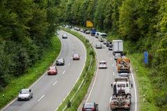 Um engarrafamento claro com fileiras dos carros Tráfego na estrada Imagem de Stock